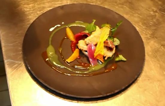 Alici in tempura con spremuta di pomodori e arancio