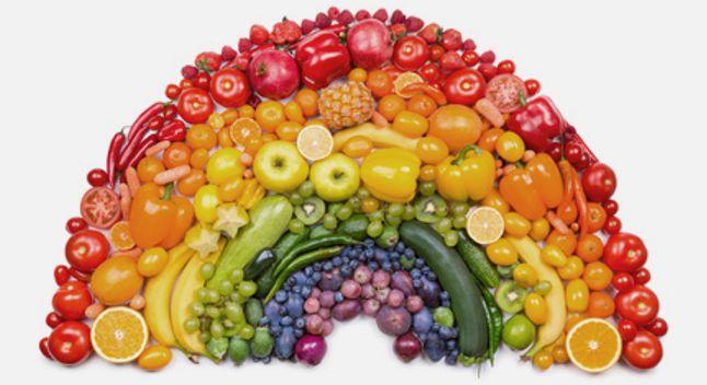 Arcobaleno di frutta e verdura colorata