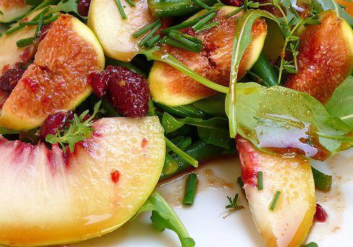 Insalata di fagiolini, rucola, pesche e fichi con vinaigrette ai lamponi e aceto balsamico | Tiee - Verucchio