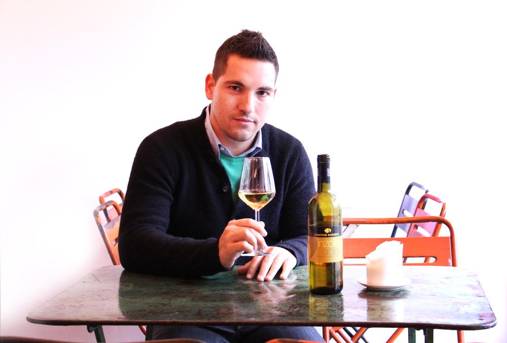 Simone Rosetti degusta il Vino Inzolia