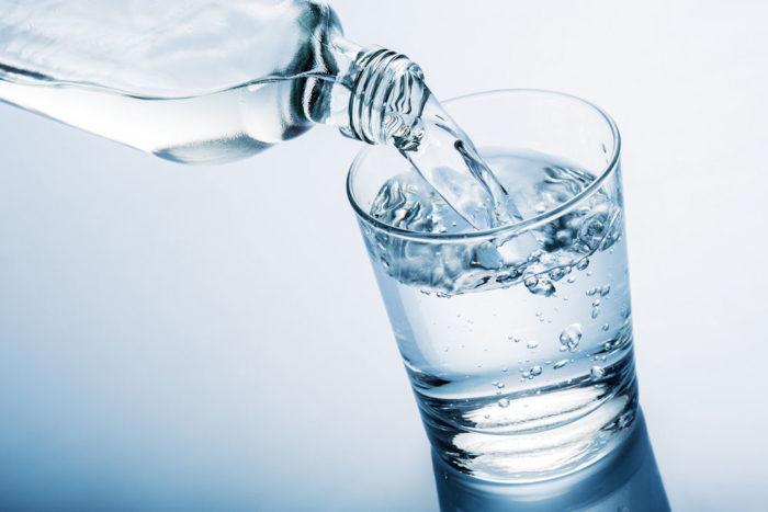 Bere acqua durante i pasti