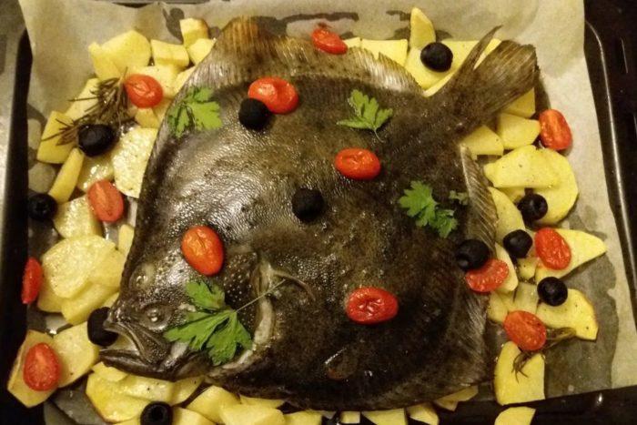 Rombo chiodato al forno con patate, pomodorini e olive