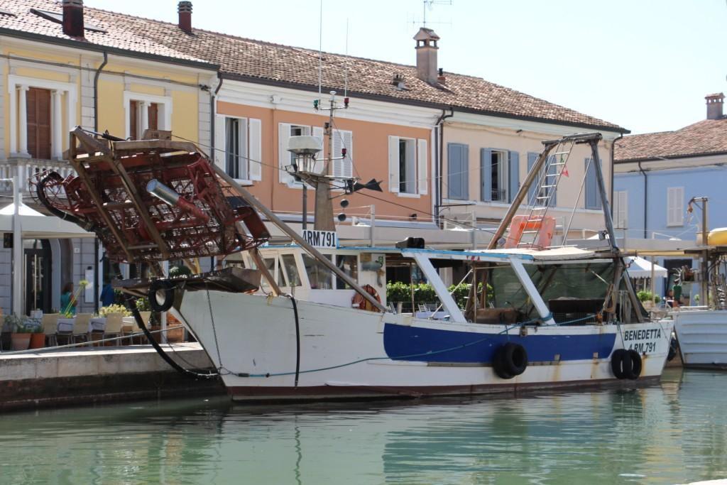Fermo pesca - Peschereccio nel porto di Cesenatico