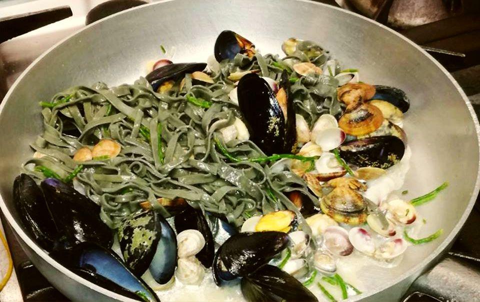Tagliatelle al carbone vegetale e frutti di mare