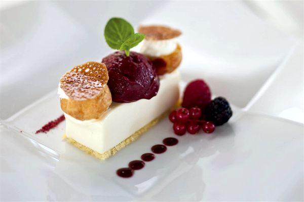 Dolce allo yogurt magro, genoise alle nocciole e sorbetto ai frutti di bosco_Quartopiano Suite Restaurant