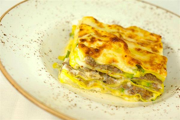 Lasagna gratinata al ragù di mora romagnola, zucchine, fiori di zucca e tartufo nero_Quartopiano Suite Restaurant