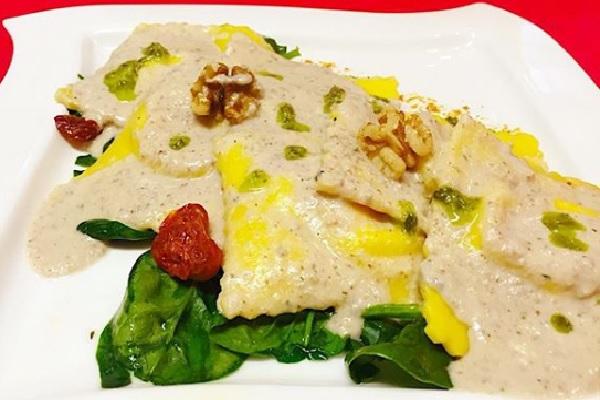 Ravioloni ripieni di ricotta e pecorino con pesto di noci, spinaci croccanti e pomodorini confit_Piccolissimo