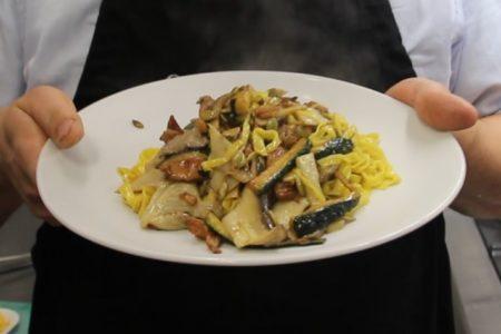 Tagliolini con funghi, semi di zucca e zucchine