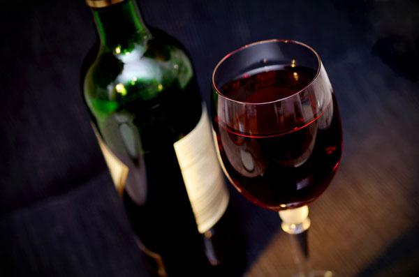 Bottiglia e calice di vino rosso