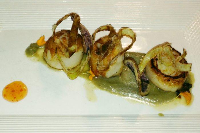 Note di capesante al lardo, crema di topinambur e porri croccanti - Osteria Al Gambero Sbronzo - Misano Adriatico