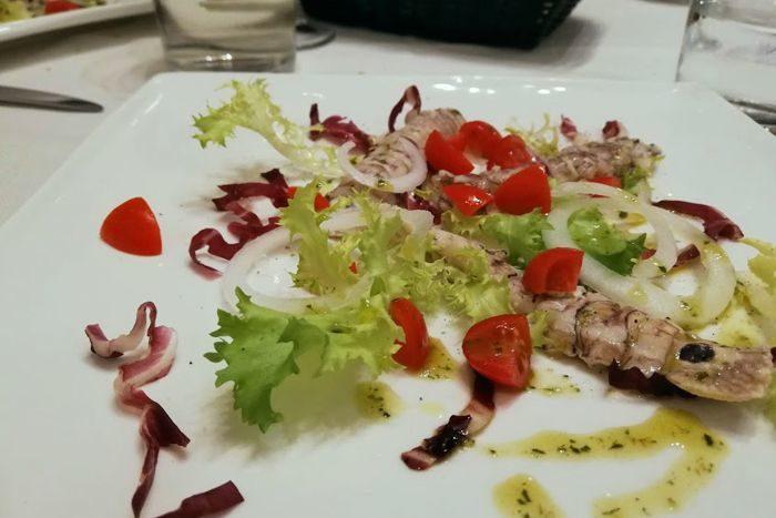 Canocchie con indivia, radicchio, pomodorini ciliegino e cipolla di Tropea - L'O Osteria - Lugo