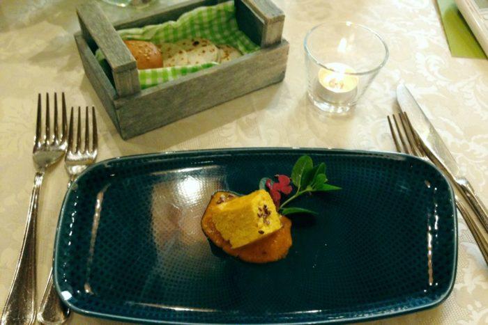 Soufflè di zucca su purea di pomodori gialli con semi di lino e olio al caffè - Agriturimo I Muretti - Monte Colombo di Montescudo
