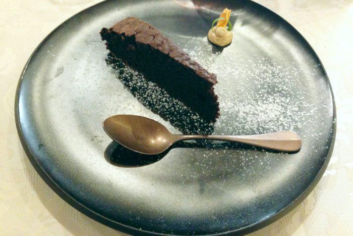 Torta vegana al cioccolato fatta con latte di soia a lievitazione naturale con salsa alla nocciola - Agriturimo I Muretti - Monte Colombo di Montescudo