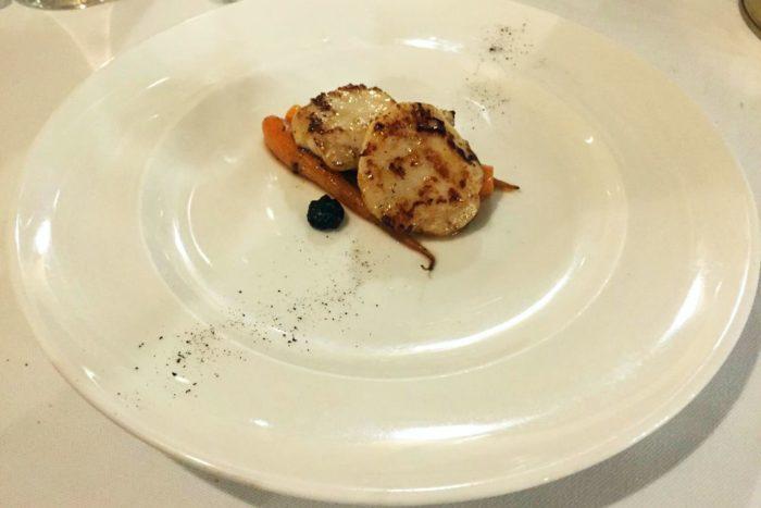 Capesante grigliate, carotine primizie e aglio nero di Voghiera - L'Acciuga Osteria - Ravenna