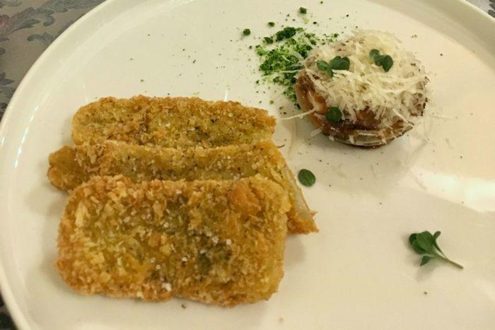 Cardo fritto, cipolla all'aceto balsamico cotta al forno ripiena di formaggio e polvere di prezzemolo - Agriturismo I Merisi - Forlì