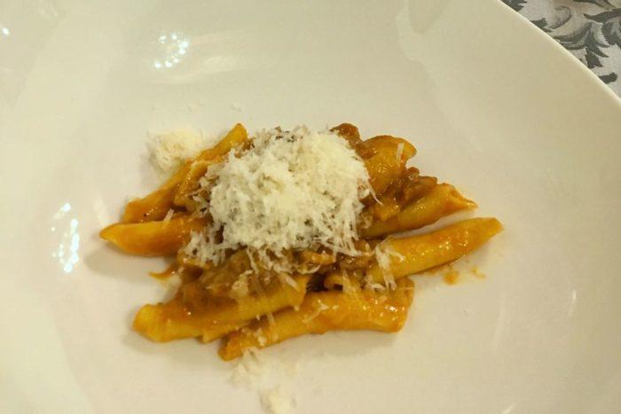 Garganelli fatti in casa con crema di peperoni, guanciale, crema di parmigiano e cipolla caramellata - Agriturismo I Merisi - Forlì