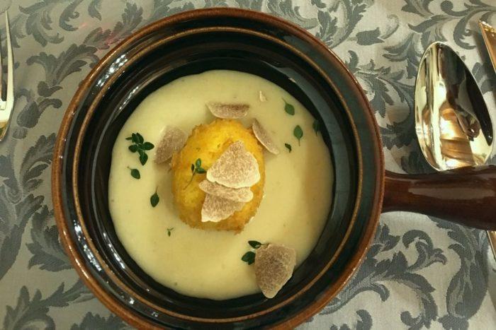 Uovo fritto cotto a bassa temperatura con tartufo bianco, crema di patate e porri e origano fresco dell'orto - Agriturismo I Merisi - Forlì