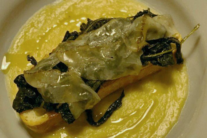 Crostone di pane con crema di cicerchia, erbette e lardo - L'Osteria di Confine - San Giovanni in Galilea