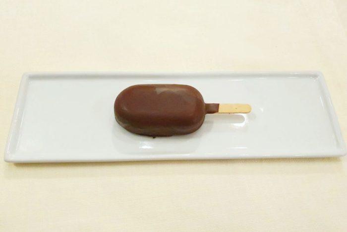 Mini magnum al fiordilatte e mango, ricoperto di cioccolato fondente al 75% - Ristorante Controcorrente - Morciano di Romagna