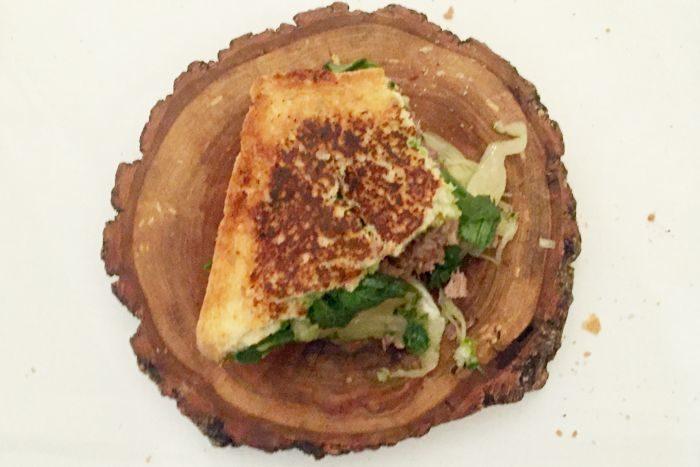 Sandwich con lingua alla scarlatta, salsa verde e cappuccio fermentato - Casa Artusi - Forlimpopoli