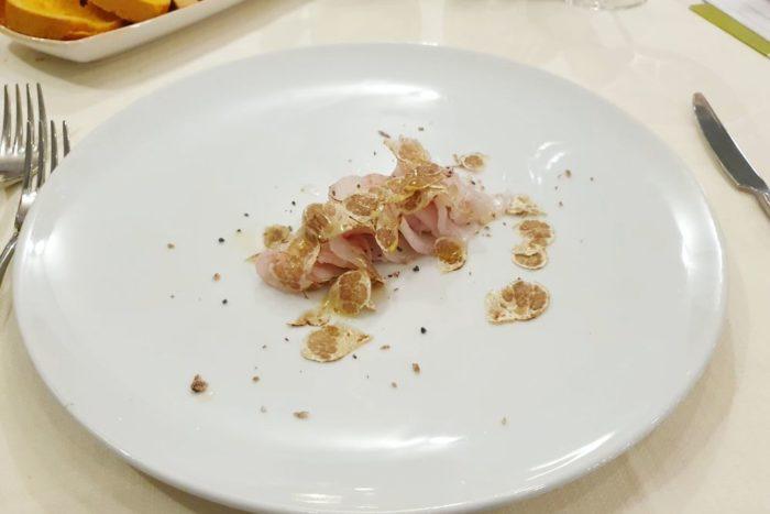 Spigola cruda tagliata al coltello con tartufo bianco e sale nero - Morciano di Romagna