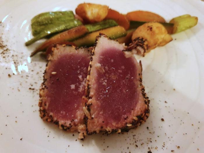 tonno rosso in tataki, semi e verdure alla soia