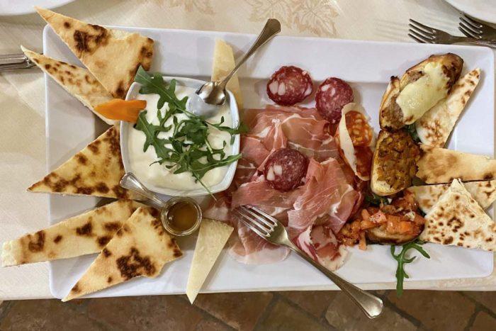 antipasto di salumi misti e squacquerone con piadina fatta in casa Osteria della Contessa Bellaria-Igea Marina