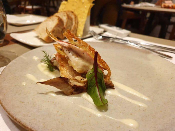 ReMare Cesenatico triglia spinata con carciofi, crema di scoparolo e pane croccante.