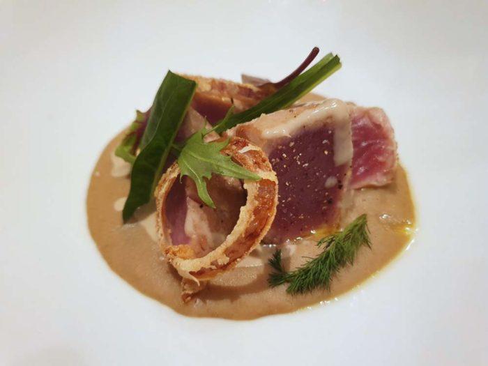 ReMare Cesenatico tonno con crema di fagioli borlotti e cipolla croccante
